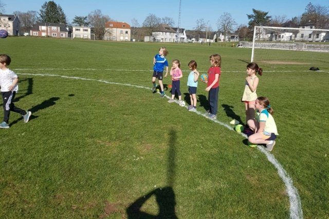 Outdoor Training auf dem Rasenfeld gestartet